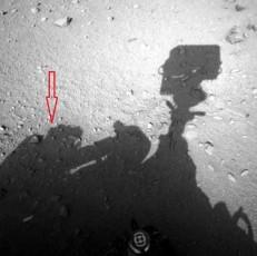 Фотоснимок инопланетянина рядом с марсоходом взят со странички ресурса НАСА