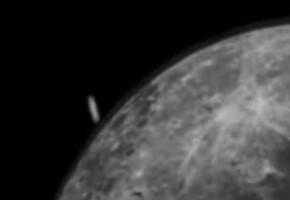 НЛО совершает посадку на Луну