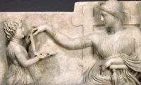 Современный ноутбук на скульптурах древнего времени.
